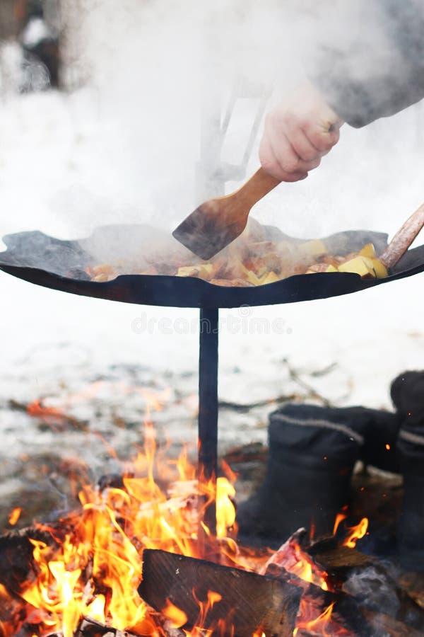 厨师土豆平底锅火 库存图片