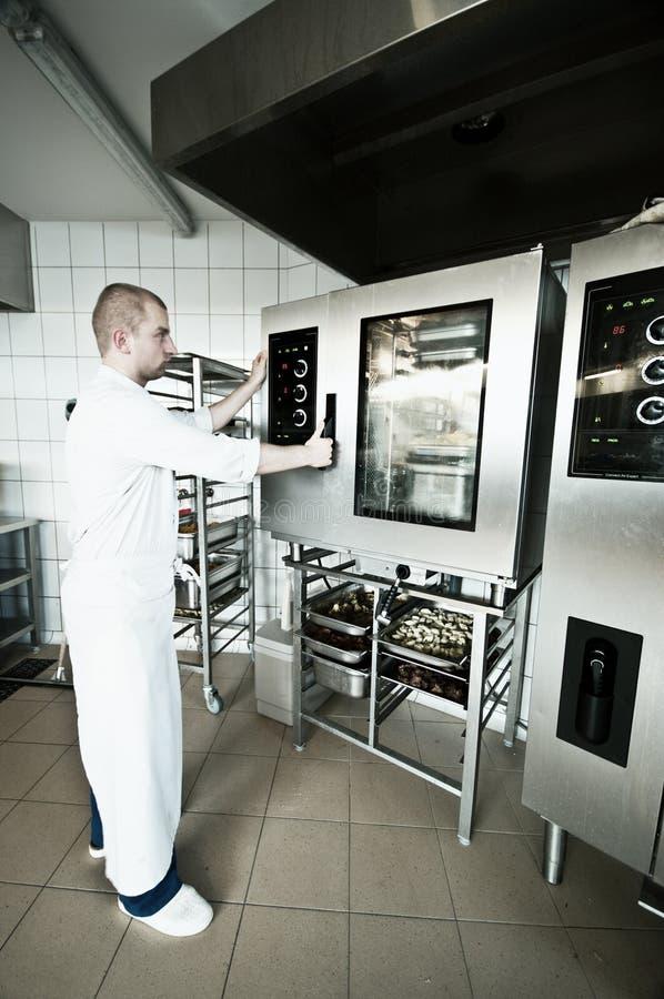厨师在工业厨房里 库存照片