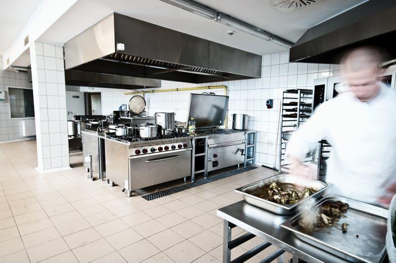 厨师在工业厨房里 免版税库存图片