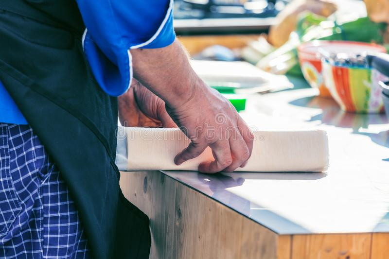 厨师在工作在做可口食物的餐馆厨房里 免版税库存图片