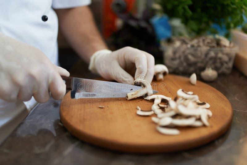 厨师在船上砍蘑菇刀子 库存图片