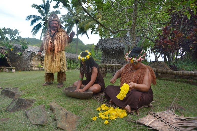 厨师岛民在两名厨师岛民妇女旁边的头目立场 免版税库存照片