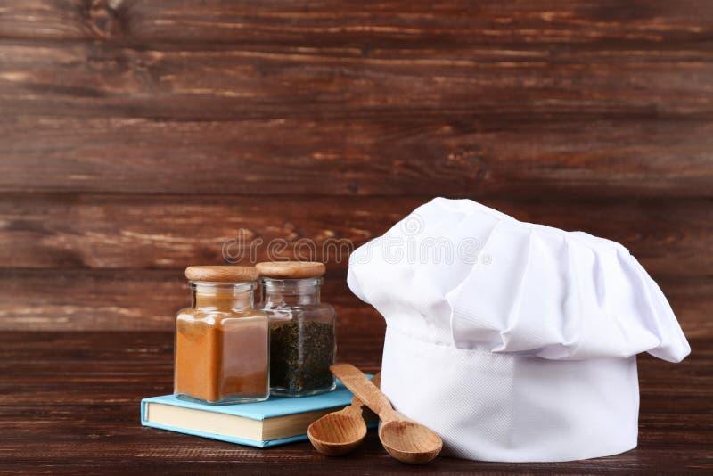 厨师帽子用在瓶子的香料 图库摄影