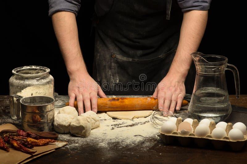 厨师手滚动面团 库存图片