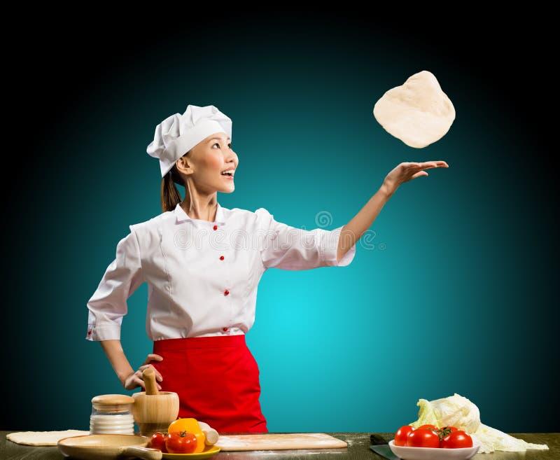 厨师投掷片断薄饼面团 免版税库存照片