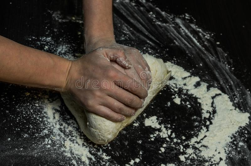 厨师揉面团用面粉 免版税库存图片
