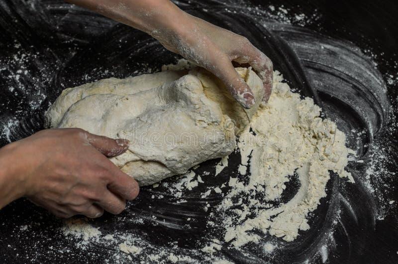 厨师揉面团用面粉 图库摄影