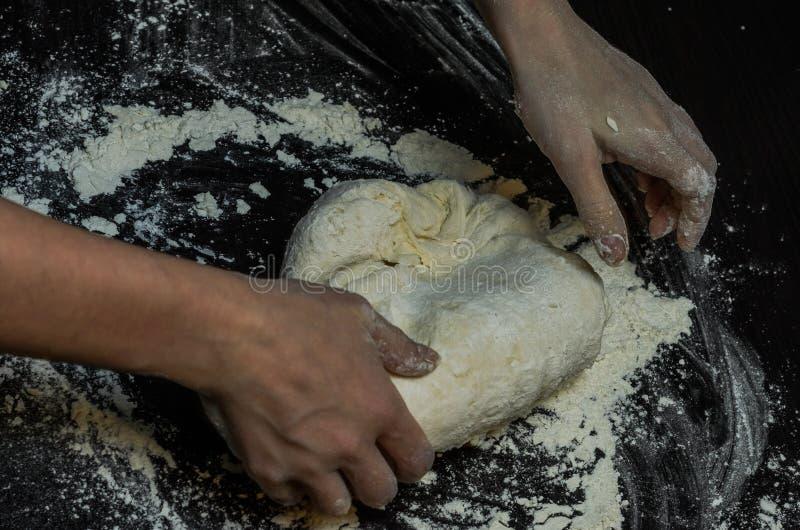 厨师揉面团用面粉 库存照片