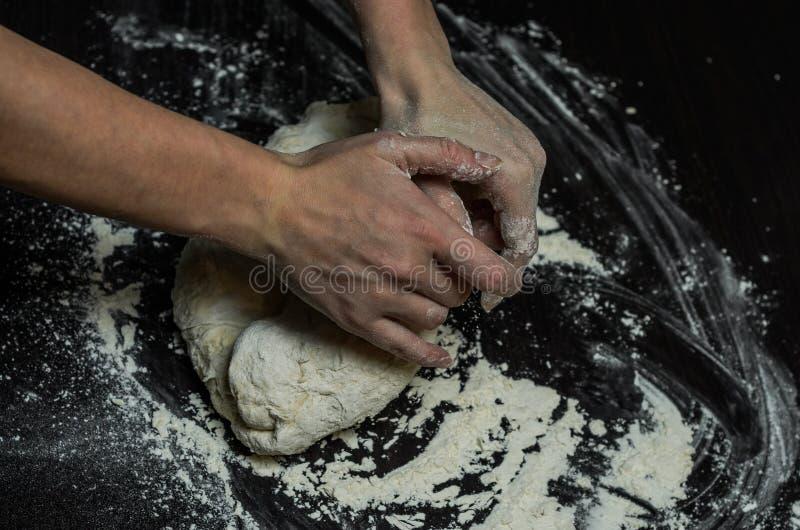 厨师揉面团用面粉 免版税库存照片