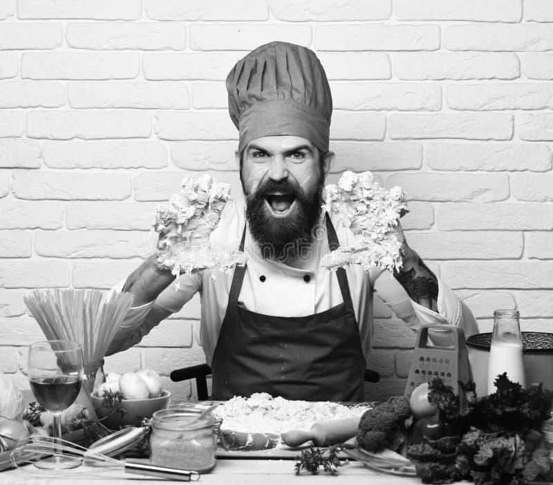 厨师揉面团 有胡子的在面团的人和手 图库摄影