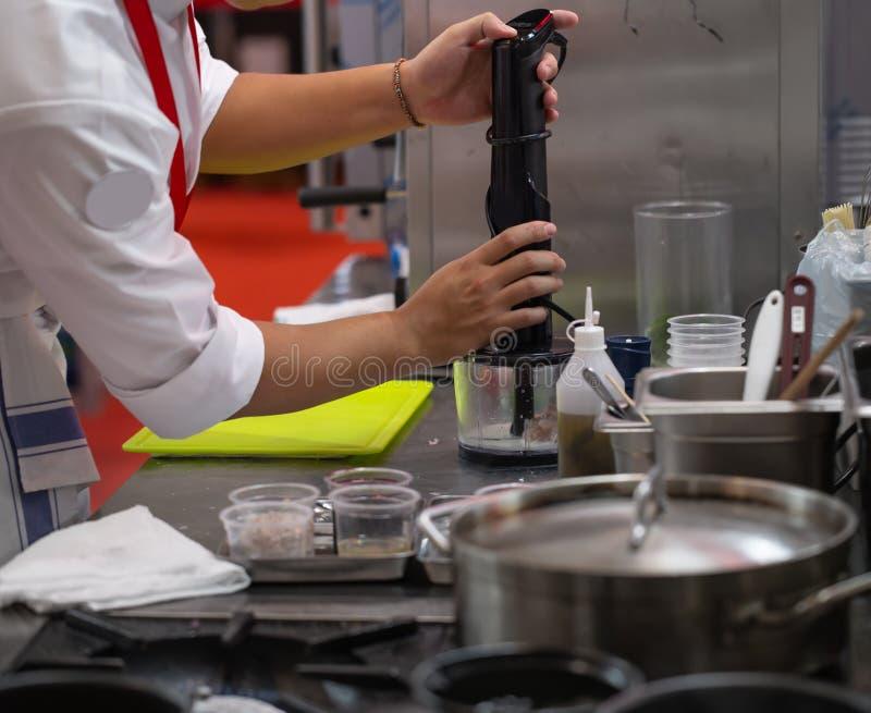 厨师混和的肉 免版税库存照片