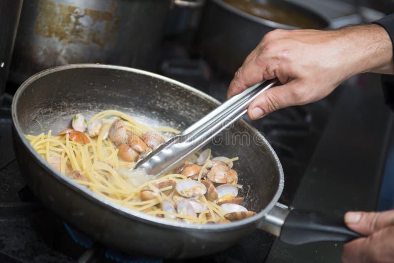 厨师烹调意粉alla vongole 库存照片