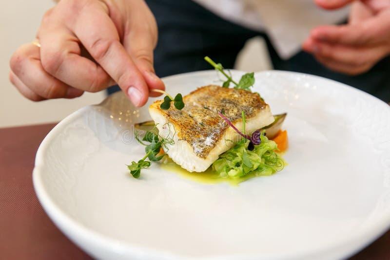 厨师烹调鱼宴-鲈, zander被烘烤的内圆角  免版税库存图片