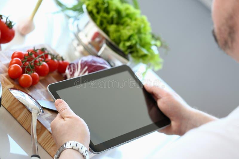 厨师片剂陈列有机蔬菜食谱 免版税图库摄影