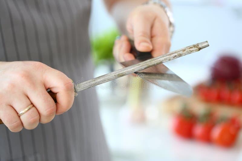 厨师男性削尖的不锈的刀子摄影 库存图片