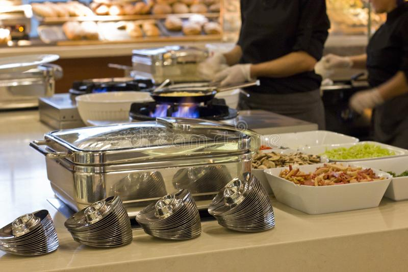 厨师的手准备与菜的一个煎蛋卷在冷杉 库存图片