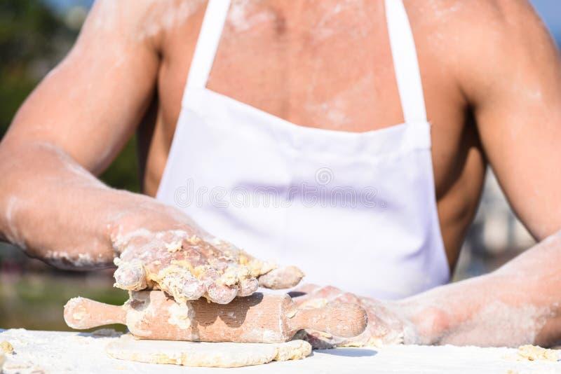 厨师的手烹调与稠粘的面团和面粉一起使用 面包店概念 肌肉面包师或厨师揉的手未加工 库存图片