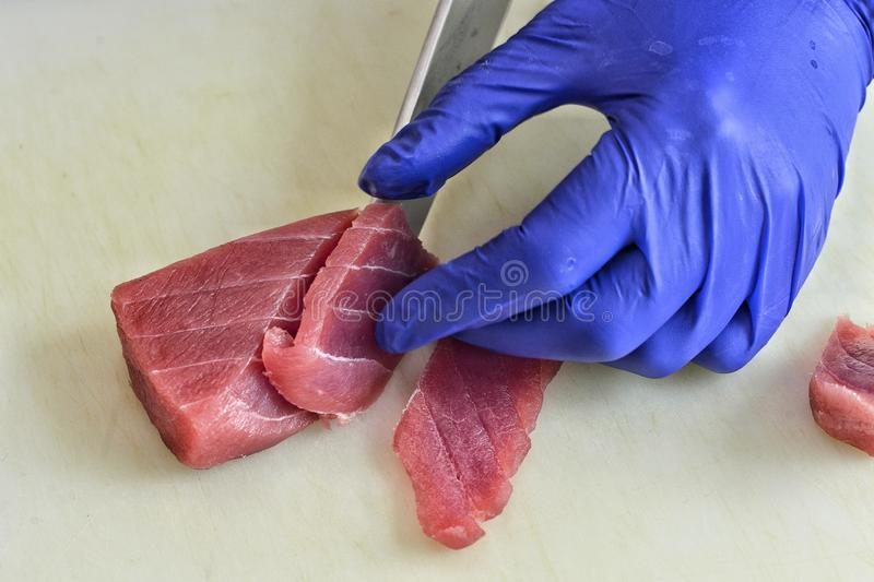 厨师的手的特写镜头做寿司的 图库摄影