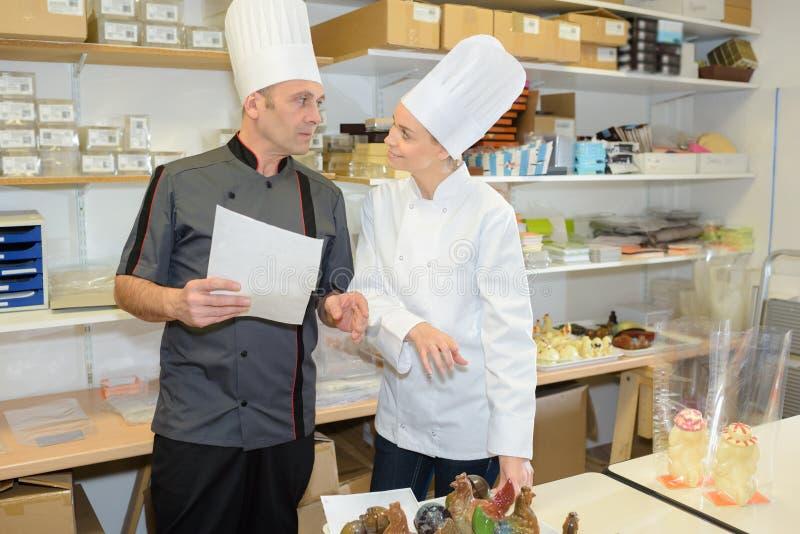 厨师队在餐馆的厨房里 免版税库存图片
