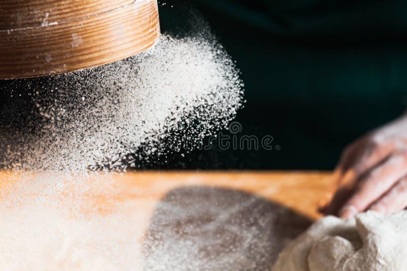厨师面包师妇女揉的面团的手 库存图片