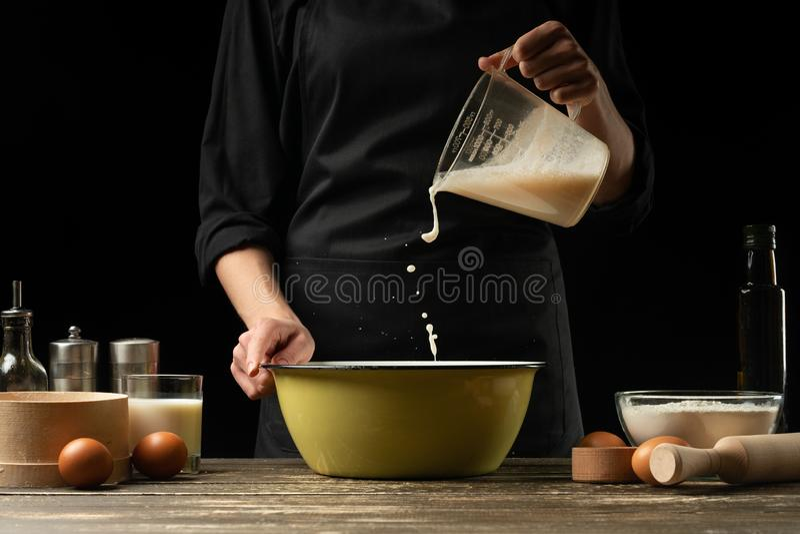 厨师面团为面包、比萨和甜点做准备 食物的概念 在黑背景,结冰在行动 书  库存图片