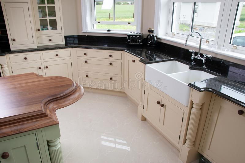 厨房内部家具,木worktop,经典设计 免版税图库摄影
