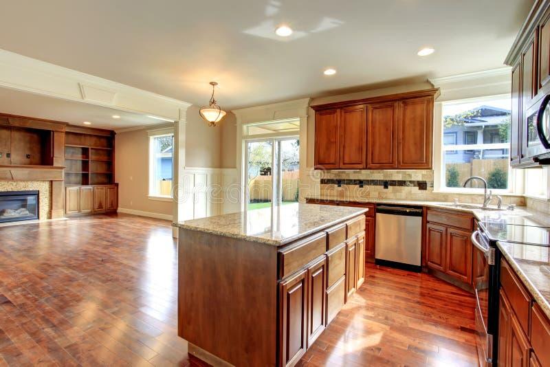 厨房和客厅。打开设计想法。 免版税库存图片