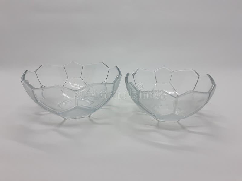 厨房器具系列的五颜六色或透明塑料和玻璃板碗在白色背景02中 免版税库存图片