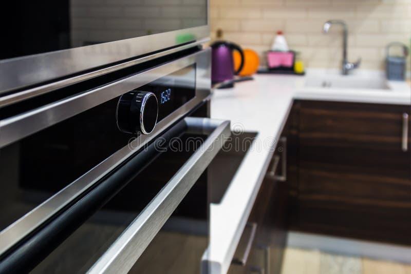 厨房器具被修造入厨柜 fu的生产 免版税库存图片