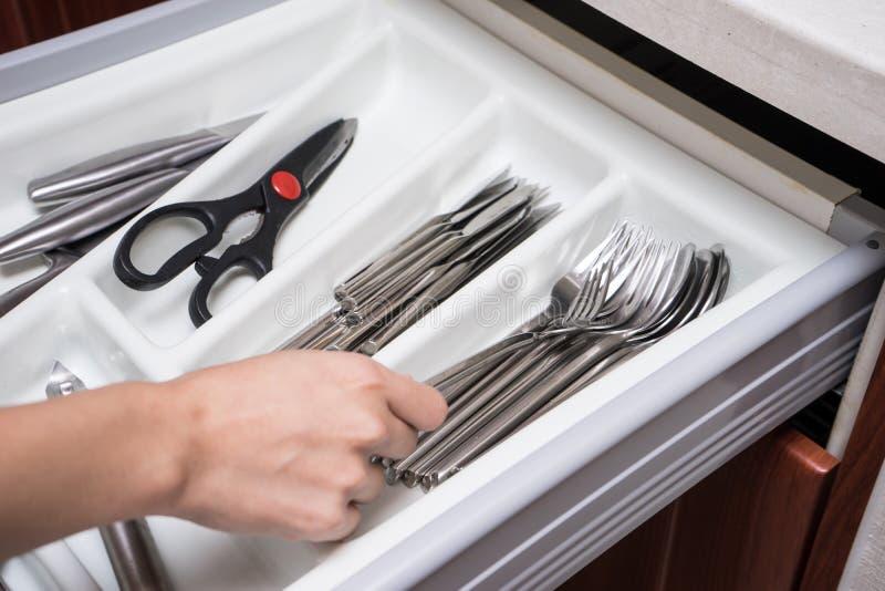 厨房器物抽屉用妇女手 免版税库存照片