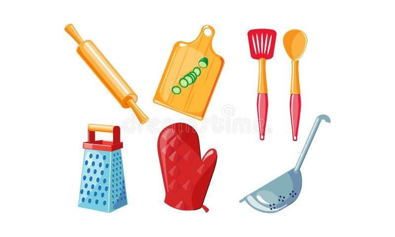 厨房器物集合,滚针,切板,磨丝器,红色手套,滤锅在白色背景的传染媒介例证 皇族释放例证