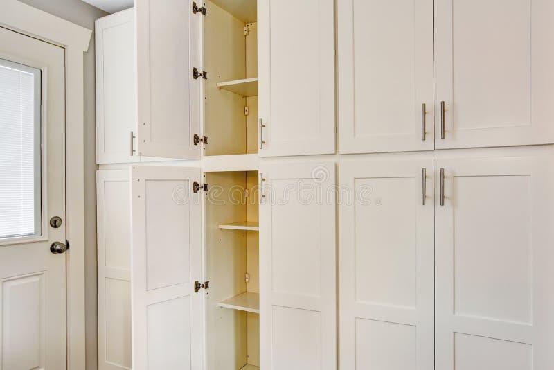厨房室的白色大木存贮组合 免版税库存照片