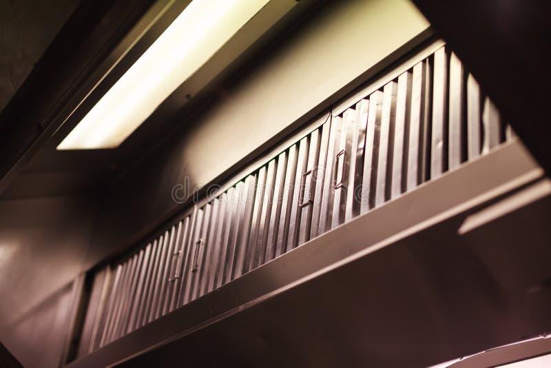 厨房敞篷尾气敞篷,范围敞篷,包含机械爱好者的设备垂悬在火炉上在厨房 它去除空中 免版税库存照片