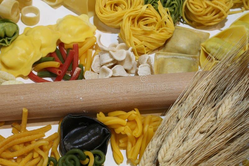 厨房滚针和意大利面团和麦子耳朵和大b 库存图片