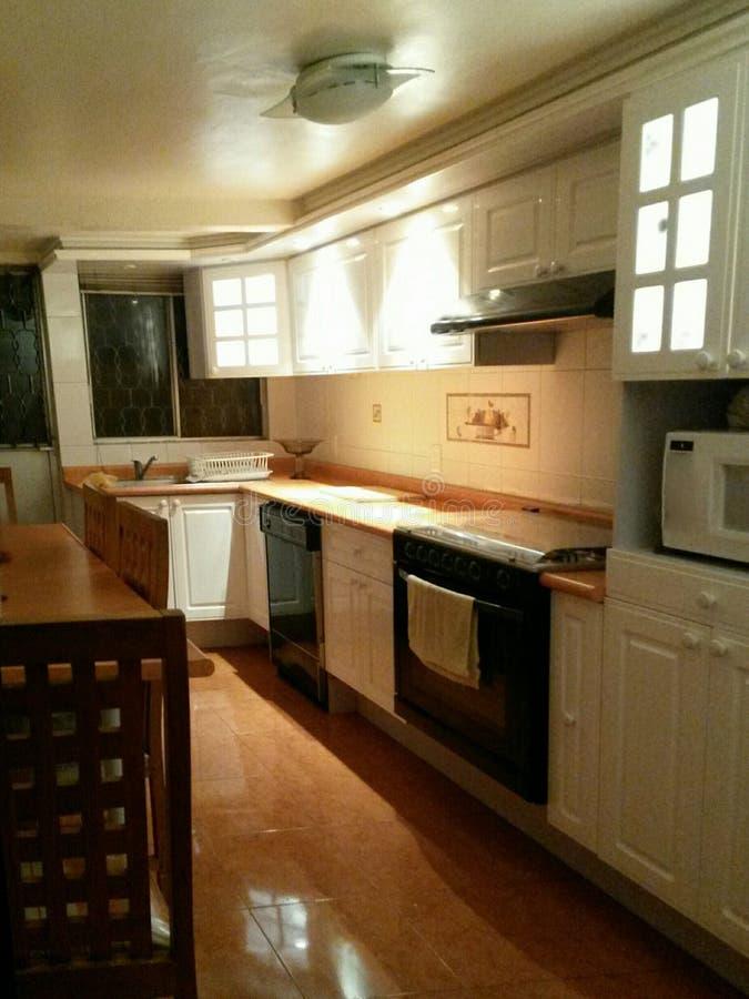 厨房照明设备在晚上 免版税库存图片