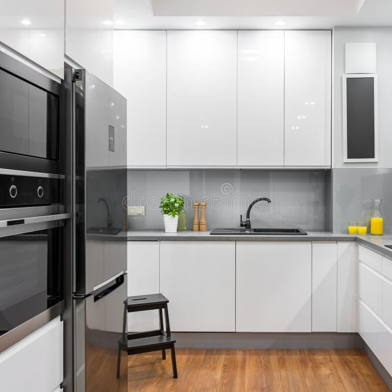 厨房现代白色 免版税库存图片