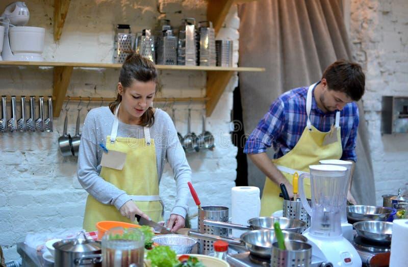厨房的一位夫妇厨师 烹饪课 免版税库存照片