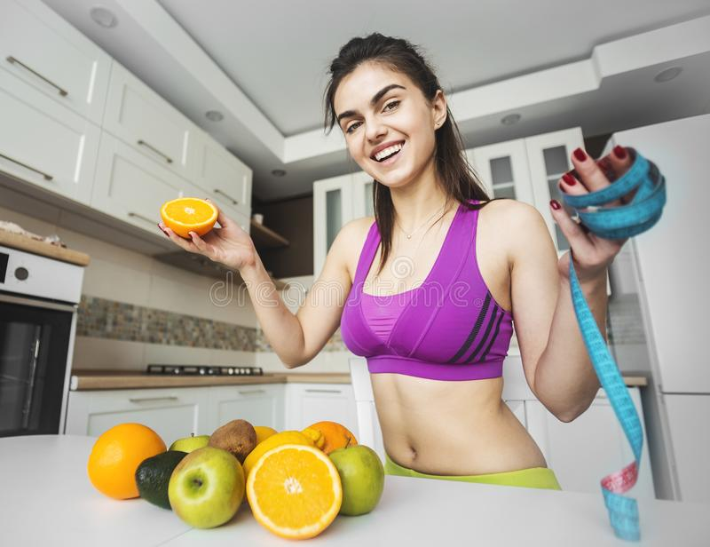 厨房的健身女孩 免版税库存照片