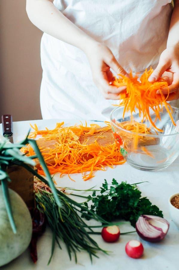 Download 厨房的妇女切开沙拉的菜 节食和戒毒所博士 库存照片. 图片 包括有 食谱, 莴苣, 烹调, 会议室, 饮食 - 72356156