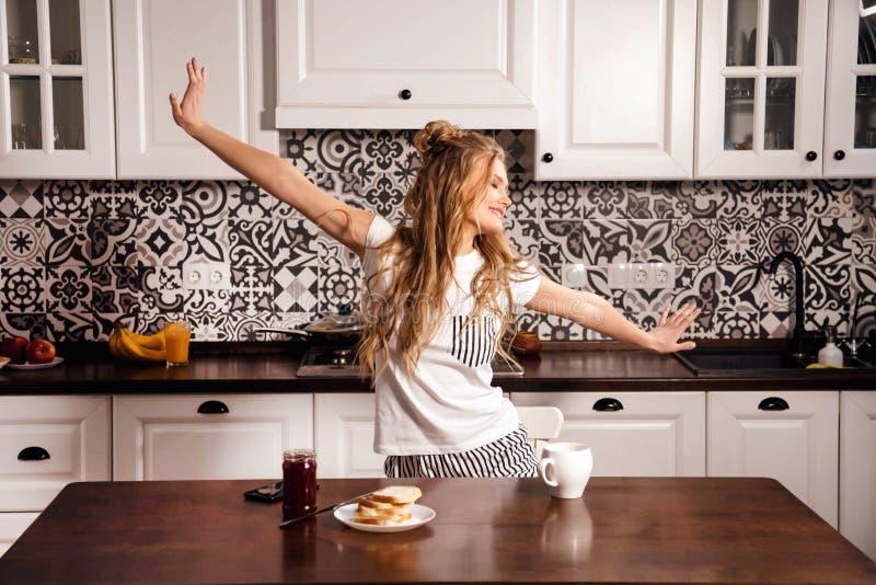 厨房的妇女在早晨 免版税图库摄影