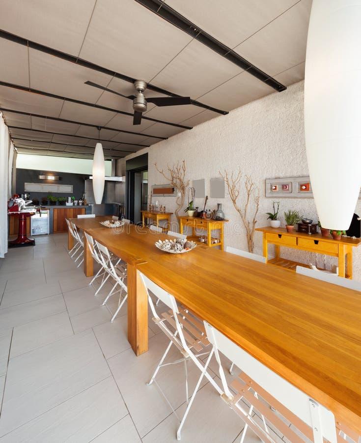 厨房的木餐桌 库存图片