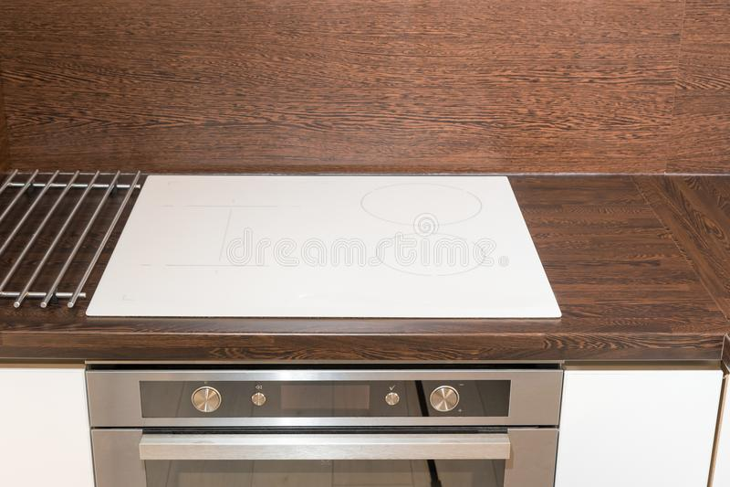 厨房的正面图有玻璃陶瓷板材和火炉的 免版税库存图片