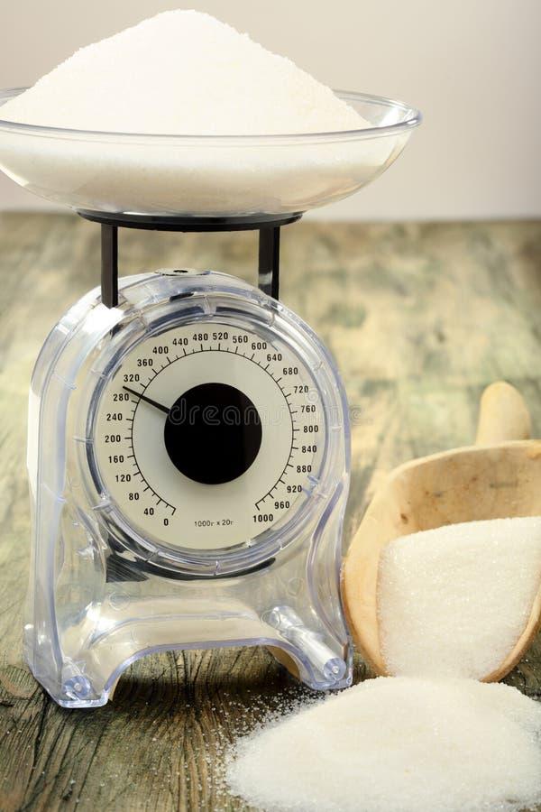 厨房缩放比例。 重量的评定糖。 免版税库存照片