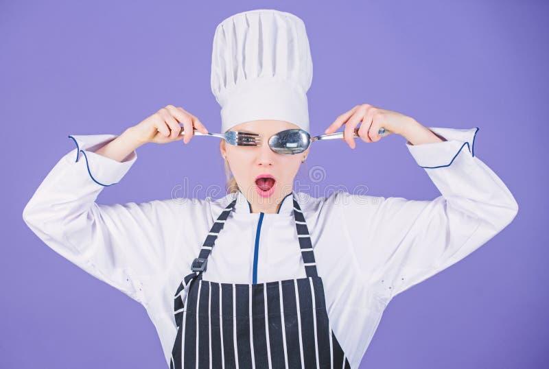 厨房艺术学院 ( 获得妇女专业厨师举行器物匙子的叉子乐趣 : 免版税库存照片