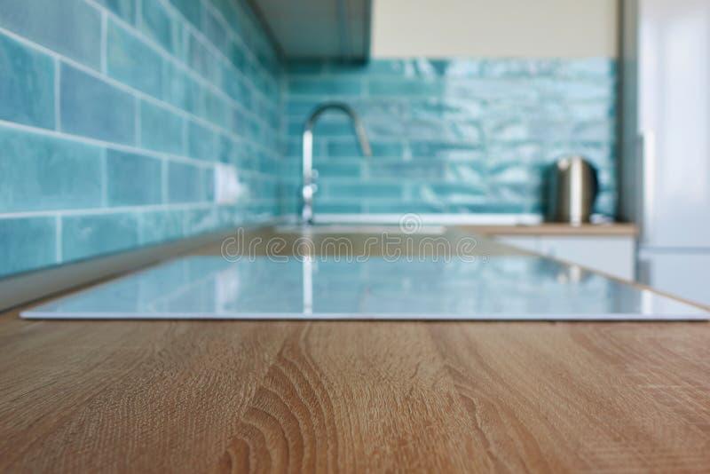 厨房褐色工作台面的看法与白色滚刀的 免版税库存照片