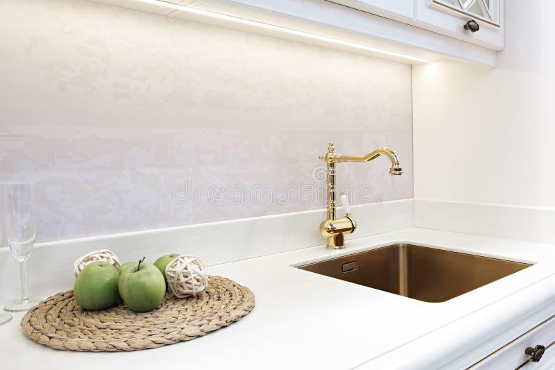厨房豪华减速火箭的经典金黄龙头 现代的工具 免版税库存图片