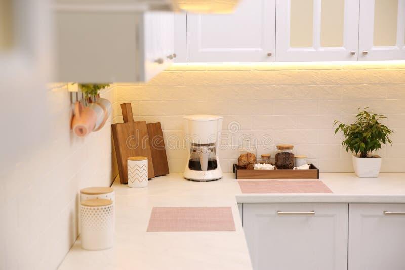 厨房近墙台面上现代咖啡机 免版税库存照片