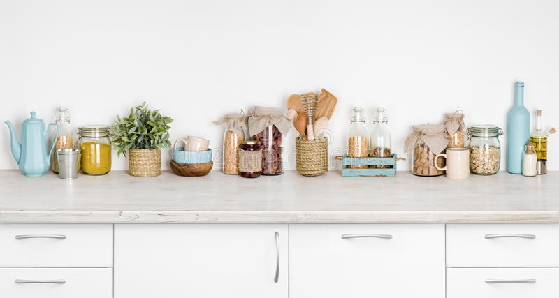 厨房长凳内部用各种各样的草本,香料,在白色的器物 免版税库存图片