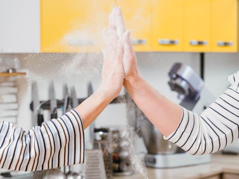 厨房队合作妇女上流五面粉 库存照片