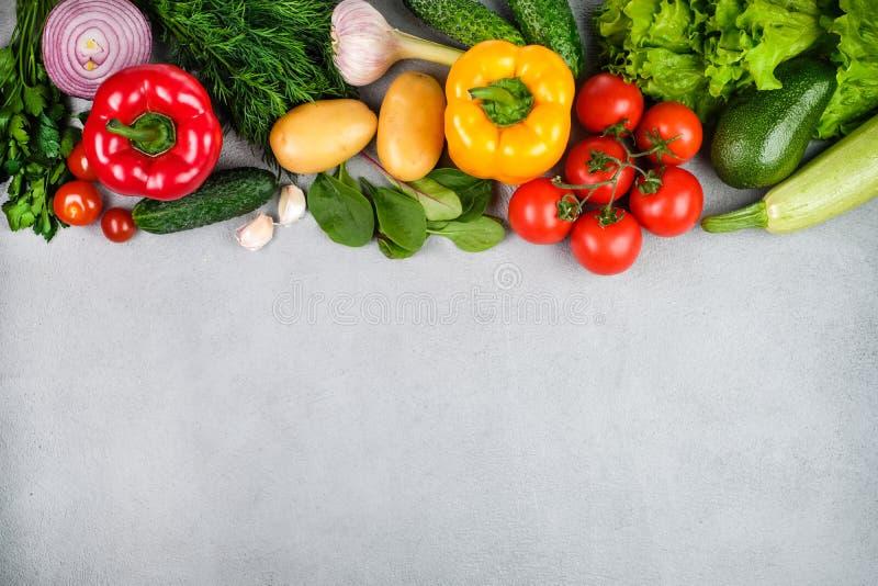 厨房-从上面被夺取的新鲜的五颜六色的有机蔬菜 免版税库存图片